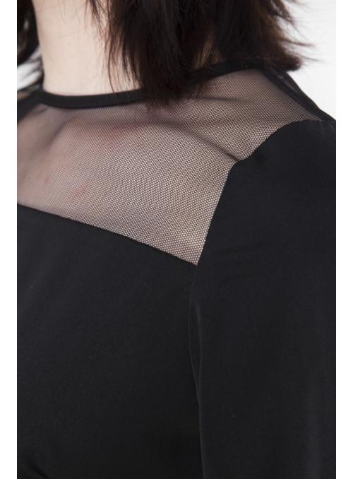 Černá halenka s týlním dekoltem a dlouhými rukávy.