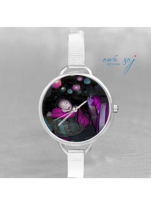 """Hodinky """"DIEVČA Z LAOS"""" – dámske hodinky s miniatúrou spiaceho dievčaťa"""